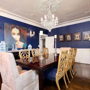 Idee per una grande sala da pranzo chic chiusa con pareti blu, parquet scuro, pavimento marrone e nessun camino