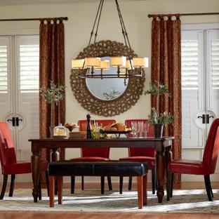Diseño de comedor tradicional, de tamaño medio, abierto, con paredes beige, suelo de linóleo y suelo marrón
