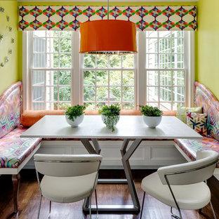 Ispirazione per una sala da pranzo boho chic con pareti verdi e parquet scuro