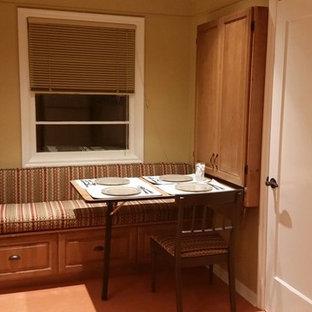 Ejemplo de comedor de cocina de estilo americano, pequeño, sin chimenea, con paredes beige y suelo de linóleo