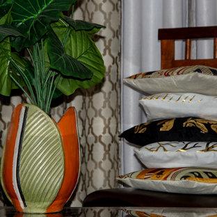 Foto de comedor mediterráneo, de tamaño medio, abierto, con paredes beige, suelo de baldosas de porcelana, chimenea tradicional, marco de chimenea de hormigón y suelo marrón