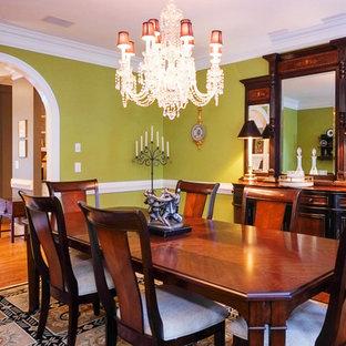 Idee per una sala da pranzo chic di medie dimensioni e chiusa con pareti verdi, pavimento in legno massello medio e nessun camino