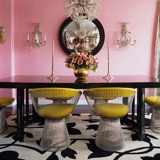 Cette photo montre une salle à manger éclectique avec un mur rose.