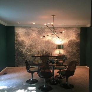 Ispirazione per una sala da pranzo bohémian chiusa e di medie dimensioni con pareti multicolore, moquette e nessun camino