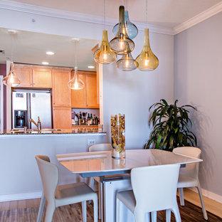 Esempio di una sala da pranzo moderna di medie dimensioni con pareti blu e pavimento in bambù