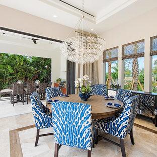 マイアミの中サイズのトランジショナルスタイルのおしゃれなダイニングキッチン (グレーの壁、大理石の床、暖炉なし) の写真