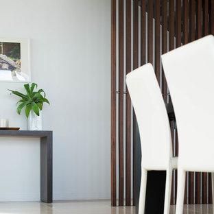 パースの広いトロピカルスタイルのおしゃれなダイニングキッチン (白い壁、磁器タイルの床、暖炉なし) の写真