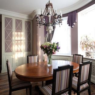 Foto de comedor clásico, de tamaño medio, abierto, sin chimenea, con paredes púrpuras y suelo de madera oscura