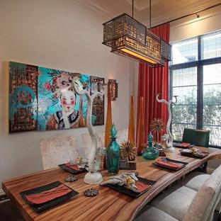 Mittelgroße Asiatische Wohnküche ohne Kamin mit beiger Wandfarbe, dunklem Holzboden und braunem Boden in Miami