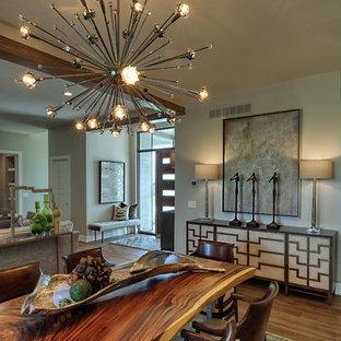 Foto di una sala da pranzo aperta verso la cucina moderna di medie dimensioni con pavimento in vinile, nessun camino, pavimento beige e pareti beige