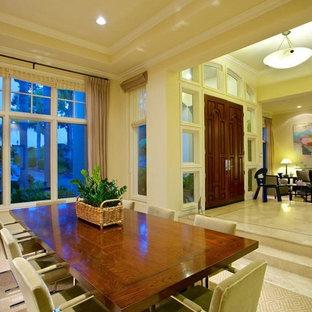 Idee per una grande sala da pranzo aperta verso il soggiorno classica con pareti beige, pavimento in gres porcellanato e nessun camino