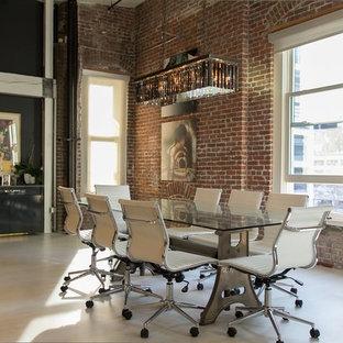 Ispirazione per una sala da pranzo aperta verso il soggiorno contemporanea di medie dimensioni con pavimento in vinile, nessun camino, pareti marroni e pavimento beige