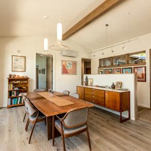 Mittelgroßes Mid-Century Esszimmer mit weißer Wandfarbe, braunem Holzboden, braunem Boden, freigelegten Dachbalken und gewölbter Decke in Seattle