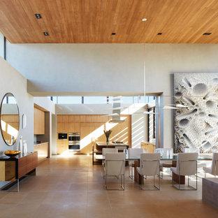 Offenes, Großes Modernes Esszimmer ohne Kamin mit beiger Wandfarbe, Kalkstein und beigem Boden in Sonstige