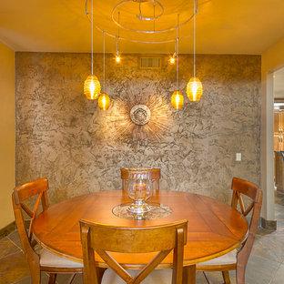 Ispirazione per una sala da pranzo aperta verso la cucina classica con pareti con effetto metallico e pavimento in ardesia