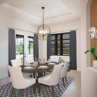 Esempio di una sala da pranzo aperta verso la cucina mediterranea di medie dimensioni con pareti beige, pavimento in gres porcellanato, nessun camino e pavimento beige
