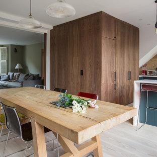 Offenes, Großes Stilmix Esszimmer ohne Kamin mit hellem Holzboden in London