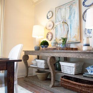 Idee per una sala da pranzo aperta verso la cucina chic di medie dimensioni con pareti bianche, nessun camino e pavimento in mattoni
