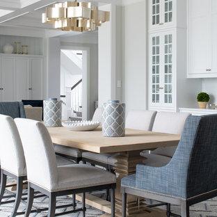 Foto di una sala da pranzo stile marino con pareti grigie, parquet scuro e pavimento marrone