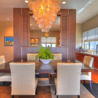 Imagen de comedor actual con suelo de madera en tonos medios