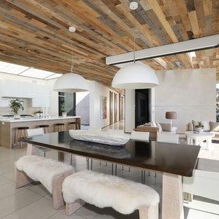 Offenes, Mittelgroßes Modernes Esszimmer mit weißer Wandfarbe, grauem Boden und Porzellan-Bodenfliesen in Orange County
