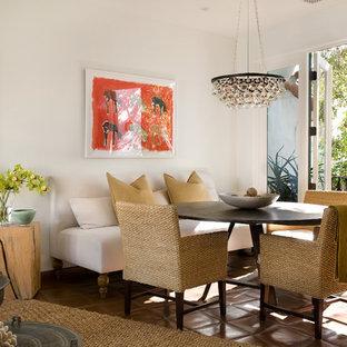 Свежая идея для дизайна: гостиная-столовая среднего размера в средиземноморском стиле с белыми стенами и полом из терракотовой плитки - отличное фото интерьера