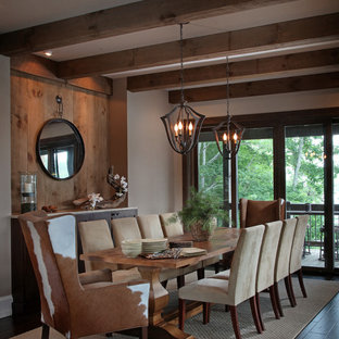 Идея дизайна: кухня-столовая среднего размера в стиле рустика с белыми стенами и темным паркетным полом