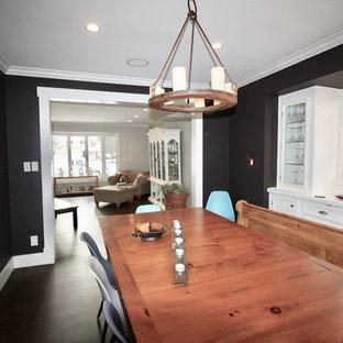 Modelo de comedor clásico renovado, pequeño, cerrado, sin chimenea, con paredes negras, suelo vinílico y suelo marrón