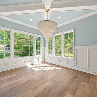 Esempio di una grande sala da pranzo classica chiusa con pareti blu, pavimento in legno massello medio, pavimento marrone, soffitto a cassettoni e boiserie