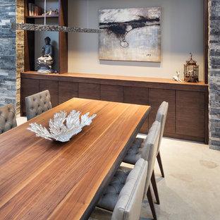 Inspiration för små moderna matplatser med öppen planlösning, med beige väggar och betonggolv
