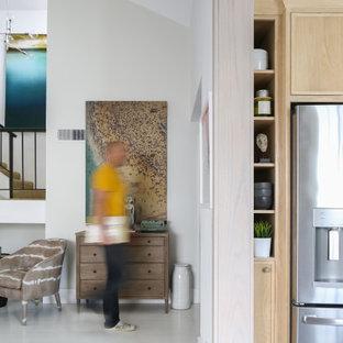 Источник вдохновения для домашнего уюта: столовая в морском стиле с деревянным полом и белым полом