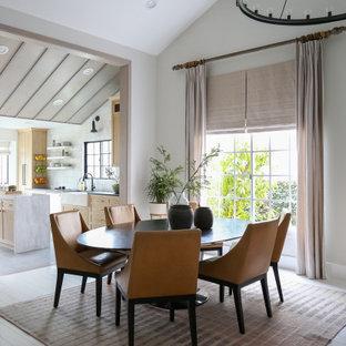 Foto di una sala da pranzo costiera con pavimento in legno verniciato e pavimento bianco