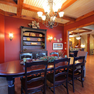 Modelo de comedor tradicional, de tamaño medio, abierto, con paredes rojas y suelo de madera en tonos medios