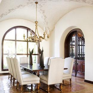 Wunderbar Mediterranes Esszimmer Mit Weißer Wandfarbe Und Terrakottaboden In Austin