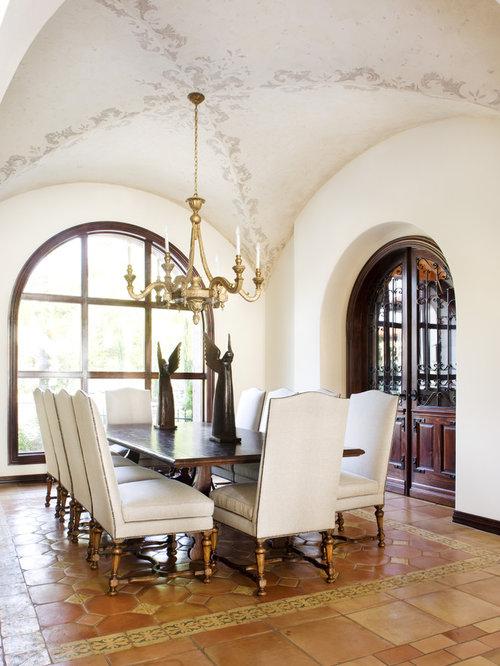 Mediterranes Esszimmer Mit Weißer Wandfarbe Und Terrakottaboden In Austin
