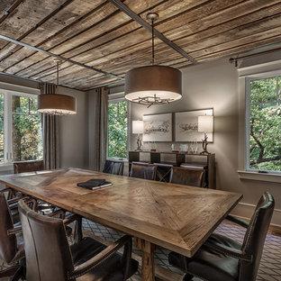 Imagen de comedor rústico, grande, cerrado, con paredes grises y suelo de madera clara