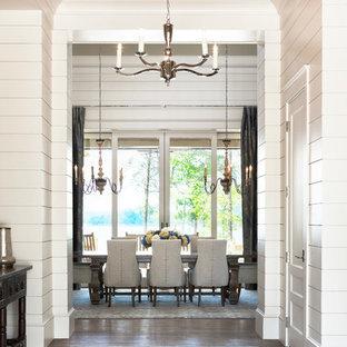 Imagen de comedor clásico, extra grande, con paredes blancas y suelo de madera clara