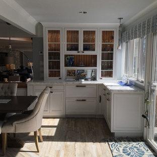 シカゴの中サイズのビーチスタイルのおしゃれなダイニングキッチン (青い壁、セラミックタイルの床、両方向型暖炉、石材の暖炉まわり、茶色い床) の写真
