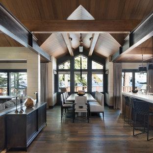 На фото: гостиные-столовые в стиле рустика с полом из бамбука и коричневым полом
