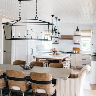 Idéer för att renovera ett mellanstort lantligt kök med matplats, med beige väggar, mellanmörkt trägolv och brunt golv