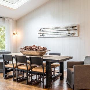 Esempio di una sala da pranzo classica con pareti bianche, pavimento in legno massello medio, pavimento marrone, soffitto a volta e pareti in perlinato
