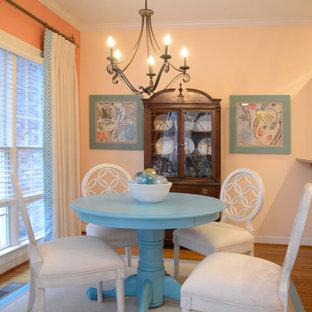 Diseño de comedor de estilo de casa de campo, pequeño, abierto, sin chimenea, con parades naranjas y suelo de madera clara