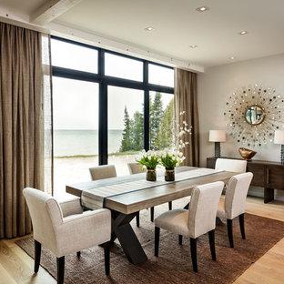 Esempio di una grande sala da pranzo contemporanea con pareti beige, parquet chiaro, nessun camino e pavimento marrone