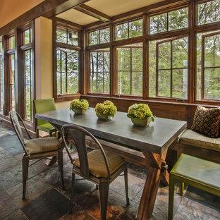 Ispirazione per una sala da pranzo rustica con pareti beige e pavimento in ardesia