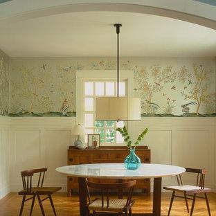 Idee per una sala da pranzo contemporanea con pavimento in legno massello medio