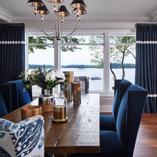 Idées déco pour une grande salle à manger ouverte sur la cuisine classique avec un sol en bois brun.