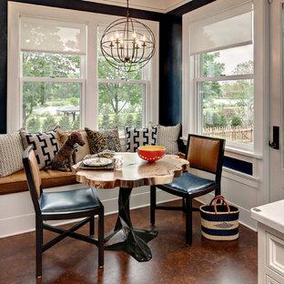 Idées déco pour une salle à manger classique de taille moyenne avec un sol en liège et un mur bleu.