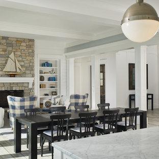 Idéer för maritima matplatser med öppen planlösning, med grå väggar, mellanmörkt trägolv, brunt golv, en standard öppen spis och en spiselkrans i sten