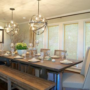 Ispirazione per una sala da pranzo classica con parquet scuro e pareti beige