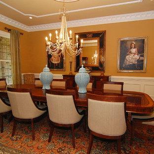 Idee per una grande sala da pranzo tradizionale chiusa con pareti arancioni, parquet scuro, nessun camino e pavimento marrone